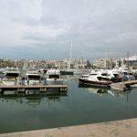 Το λιμάνι της Ζέας με συννεφιασμένο ουρανό